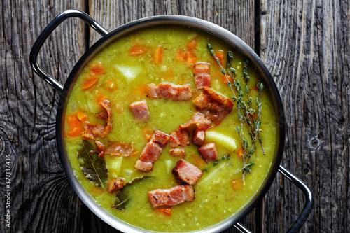 Fotografia German one pot pea soup erbseneintopf with bacon