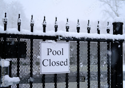 Obraz na plátně Sign on gate for Pool Closed in Snow