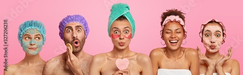 Obraz Collage shot of five people appy face masks, hold beauty sponges, stand with bare shoulders indoor, care about appearance and beauty, isolated on pink background. Wellness, cosmetology, spa concept - fototapety do salonu