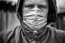 Aufnahme Eines Ernst Blickenden Mannes Mit Mundschutz Zum Thema Infektionskrankheiten