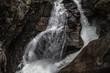 Reißende Wassermassen an einem Wasserfall in einer Schlucht