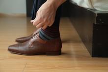 Pies De Persona Con Zapatos, Arreglando La Parte De Abajo, Manos Tocando Pantalón De Vestir