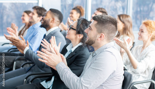 Foto Grateful listeners. Business audience applauding to speaker
