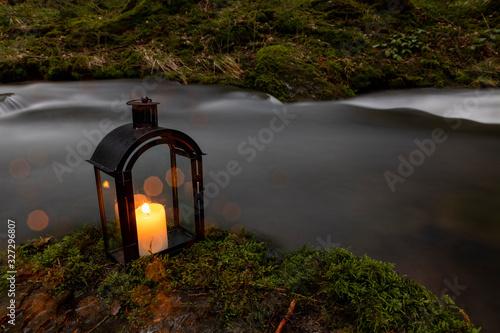 Leinwand Poster Kerzenleuchter am Bachlauf