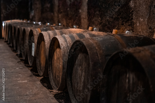 tonneau dans une cave à vin Fototapete