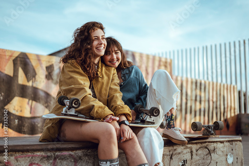 Chicas juntas felices patin longboard Canvas Print