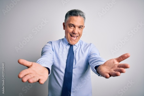 Photo Middle age handsome grey-haired business man wearing elegant shirt and tie smiling cheerful offering hands giving assistance and acceptance