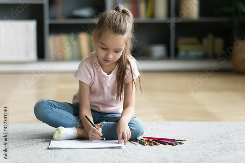 Cuadros en Lienzo Preschooler little girl drawing in living room