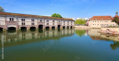 Le barrage Vauban sur la rivière Ill, et le bâtiment de l'ENA à Strasbourg Wallpaper Mural