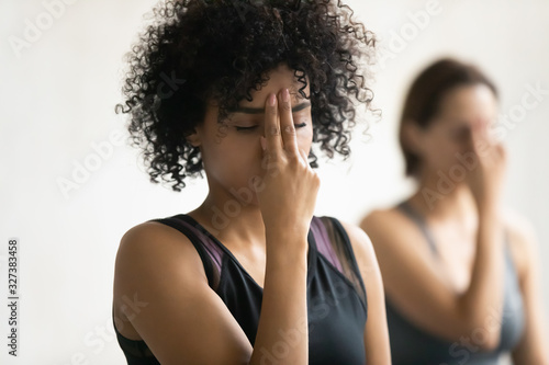 Photo African woman during yoga class do Alternate Nostril Breathing practice
