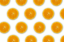 Modello Colorato Di Frutta Di Fette Fresche Di Arance Su Sfondo Bianco. Vista Dall'alto