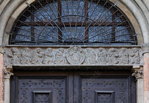 Photo Cristo in trono tra gli Apostoli; architrave del portale del transetto nord del