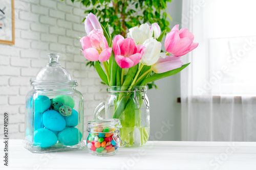 Photo Fresh spring flowers with painted eggs for Easter celebration