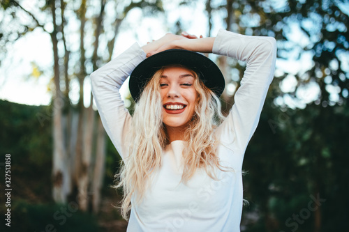 Chica felíz rubia con sombrero con fondo natural verde. Canvas Print