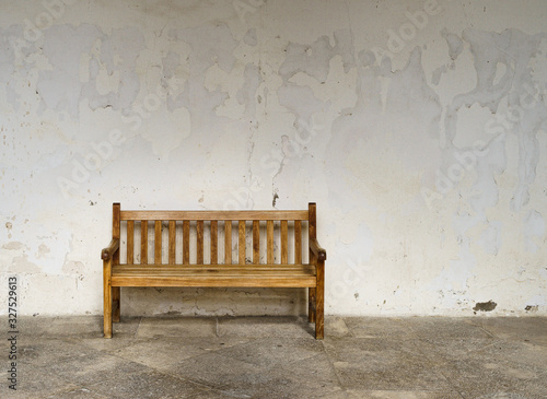 Photo Empty bench with an empty wall in the background and a feeling of loneliness