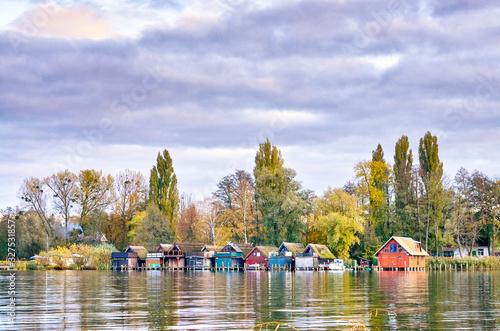 Photo Beautiful old boathouse row in the lake.