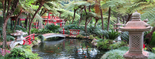 Cuadros en Lienzo Japanese stone lanterns and fish ponds