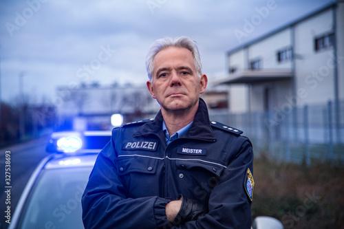 Fotografiet Polizist Hessen Streifenwagen