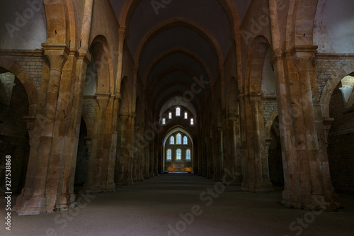 Photo Ancient building of medieval French abbey with huge ceiling and windows