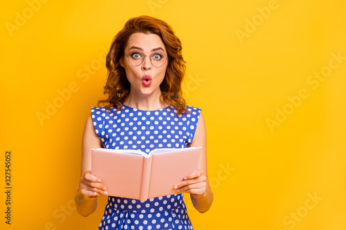 Cuadros en Lienzo Photo of beautiful shocked lady hold novel book hands open mouth not believe int