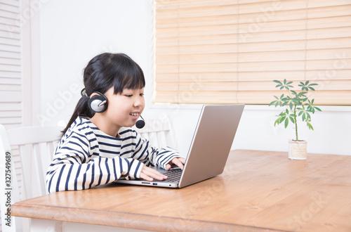 Valokuva パソコンをする小学生の女の子