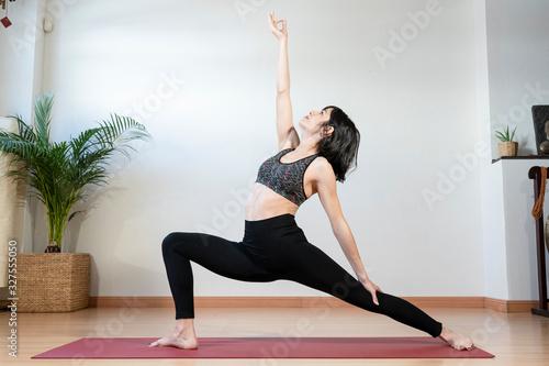Chica joven haciendo yoga en un estudio Canvas Print