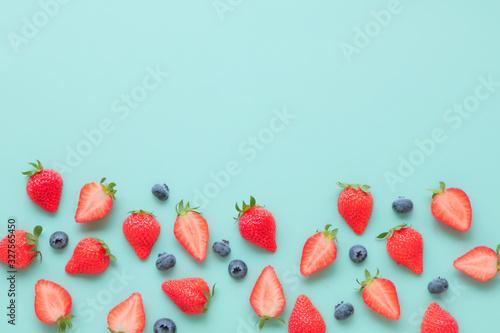 苺とブルーベリーのフレーム - 327565450
