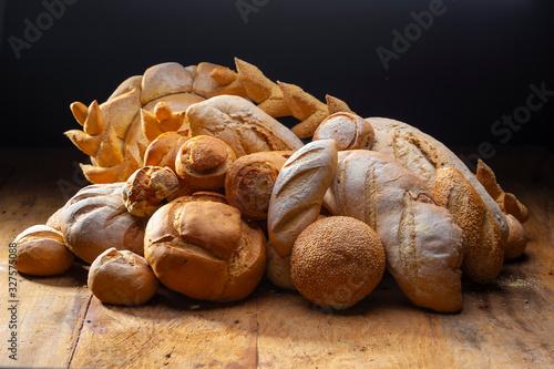 pães e doces artesanais arrumados em uma mesa Fototapet