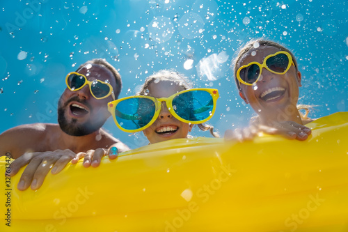Foto Family having fun on summer vacation