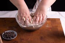 Mujer Amasando Masa Para Galletas De Chocolate En Tabla De Madera Con Rodillo Masa En Bola