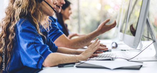 Fotografia Group of call center happy smiling business operator customer support team phone