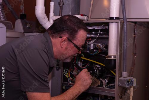 Canvas-taulu HVAC Tech Cleaning A Furnace Gray Shirt