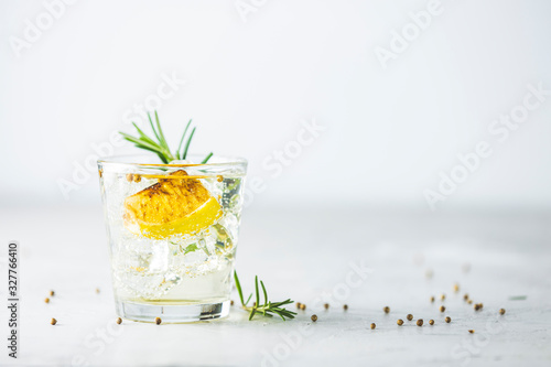 Foto Charred Lemon, Rosemary and Coriander Gin and Tonic is a flavors are perfectly balanced refreshing cocktail