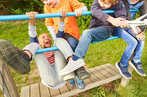 Gruppe Kinder hat Spaß beim Klettern und Spielen Fototapet