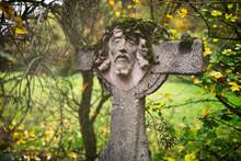 Grabkreuz Aus Stein, Verwittert