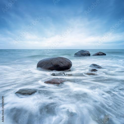 Stürmisches Meer, Große Steine in der Brandung der Ostsee Tapéta, Fotótapéta