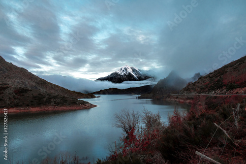 Photo Snowy Peaks of Europe mountain and lake in foggy background