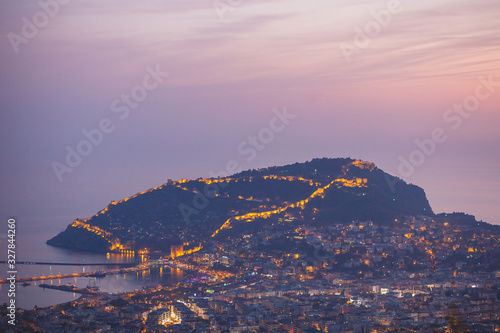 Photo Evening view from the mountains to the central part of Alanya, Turkey