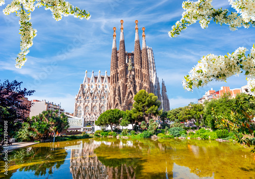 Carta da parati Sagrada Familia Cathedral in spring, Barcelona, Spain