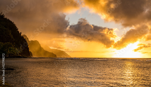 Fényképezés Sunset lights the receding cliffs of the NaPali coastline on north coast of Kaua
