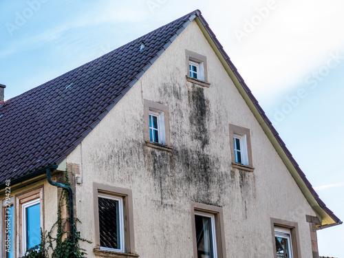 Feuchte und verschmutzte Altbaufassade