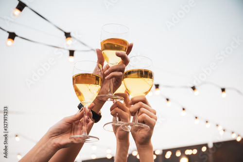 Photo Group of people in party and celebrating together with white wine