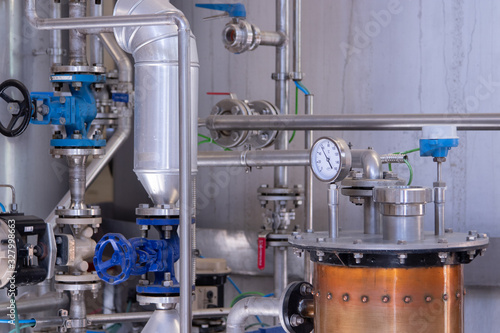 maquinaria de fabrica de bebidas alcohólicas Wallpaper Mural