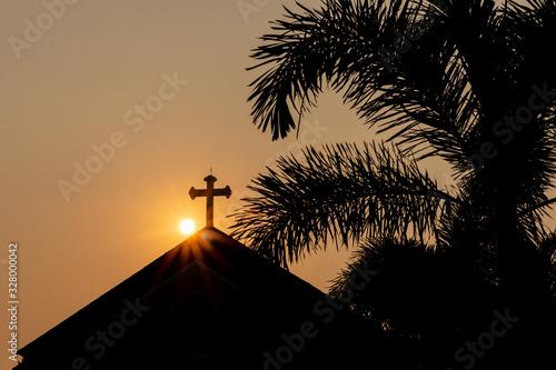 Photo Sun coming up behind a church