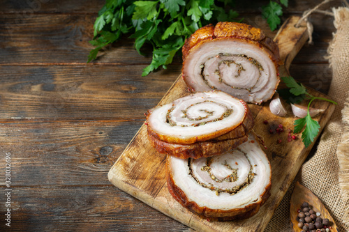 Photo Meat loaf with vegetables and herbs on a wooden Board on a brown wooden table