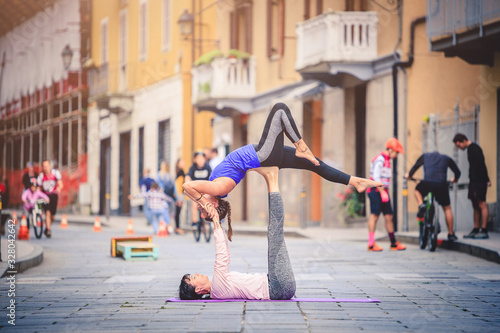 Acroyoga di coppia all'aperto Wallpaper Mural
