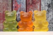 Bunte Gummi Bären Stehen In Einer Linie Nebeneinander