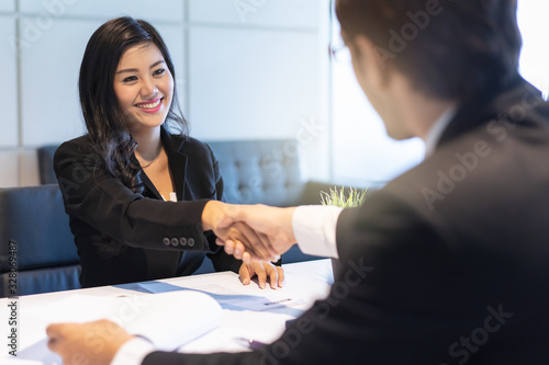 Fotografia HR manager interviewing female candidate applicant who recruit job in the office