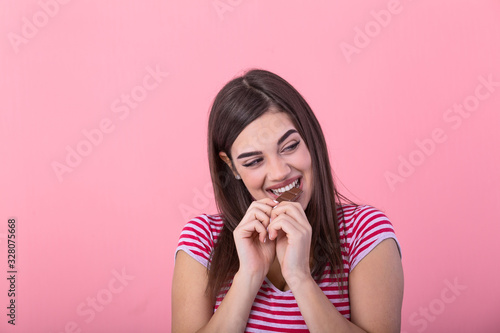 Photo Happy young beautiful lady eating chocolate and smiling