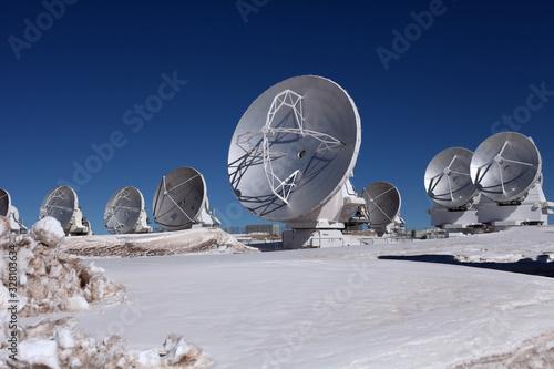 Radioteleskop Array ALMA in Chile, Atacama, Parabolantennen vor blauem Himmel mi Canvas Print